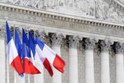 Colonnade-et-drapeaux